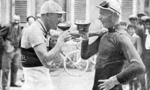 André Leducq és Nicolas Frantz koccintanak (Tour de France 1928)