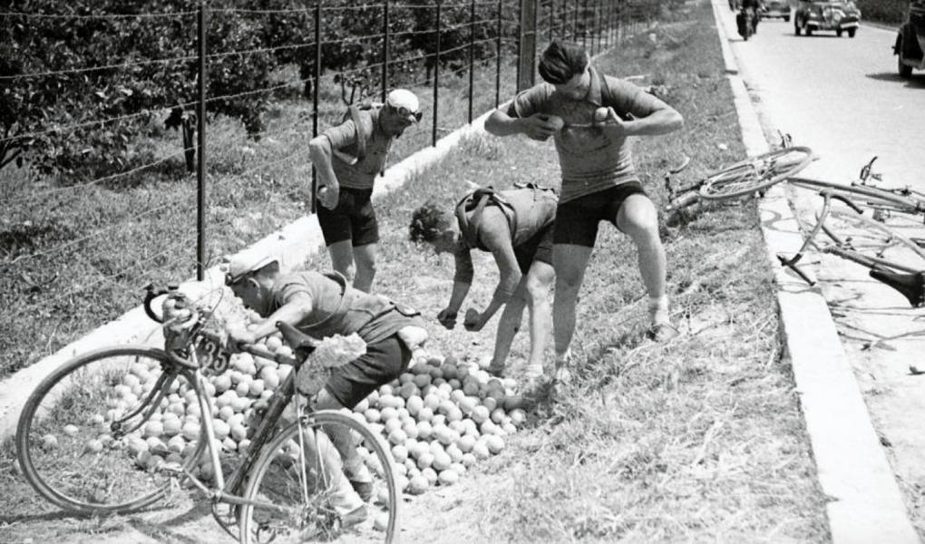 Frissítő állomás az első spanyol körversenyen Vuelta a Espana 1935
