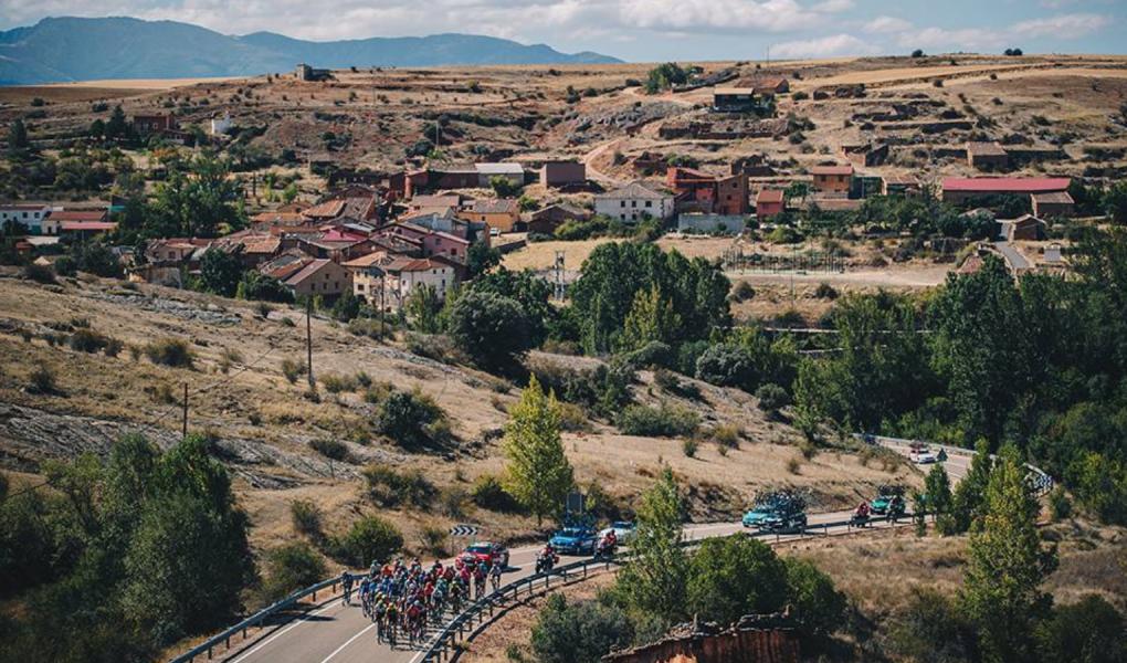 Vuelta a Espana 2019 mezőny fénykép spanyol körverseny szikár táj fotó